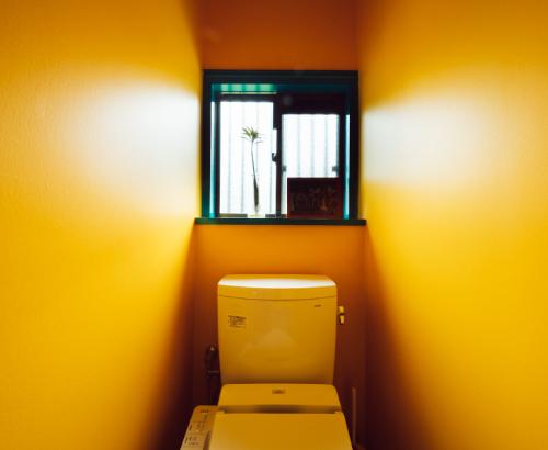 ポップなイエローのトイレ