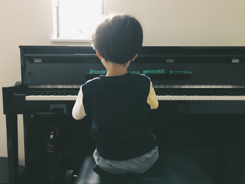ピアノを弾くアガサさんの息子