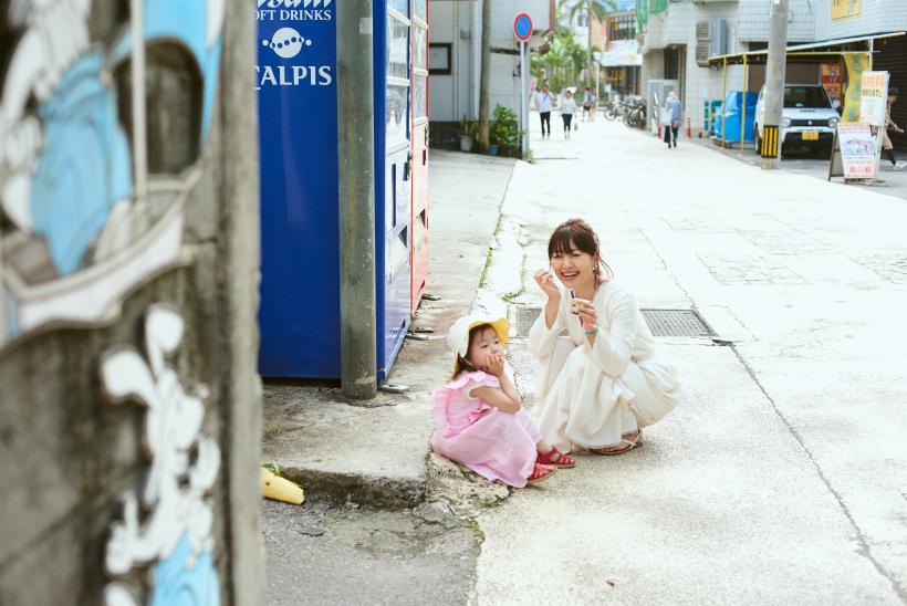 石垣島でアイスを食べる坂本美雨さん親子