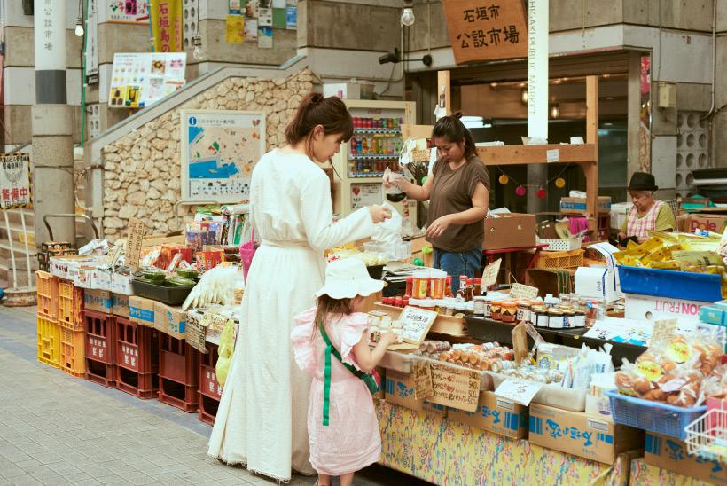 石垣島で買い物をする坂本美雨さん親子