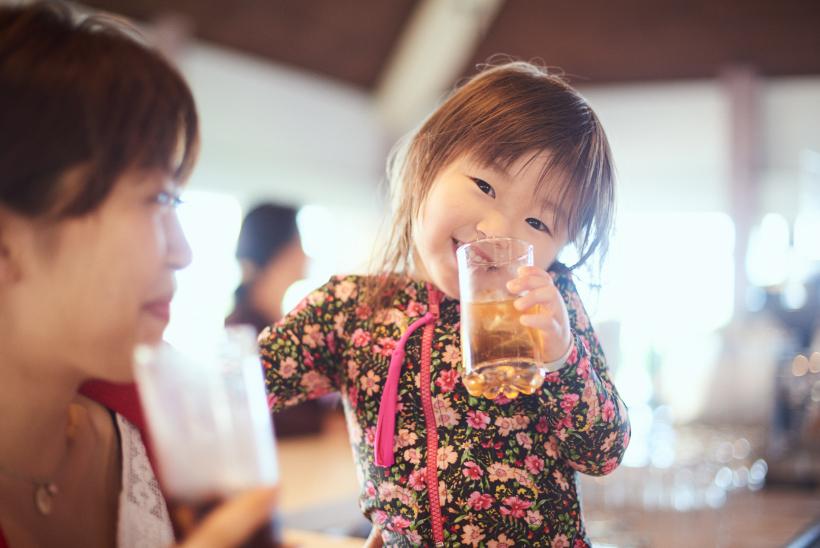 飲み物を飲む女の子