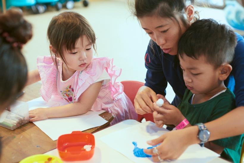 クラブメッド石垣島のキッズプログラムで工作をする子どもたち
