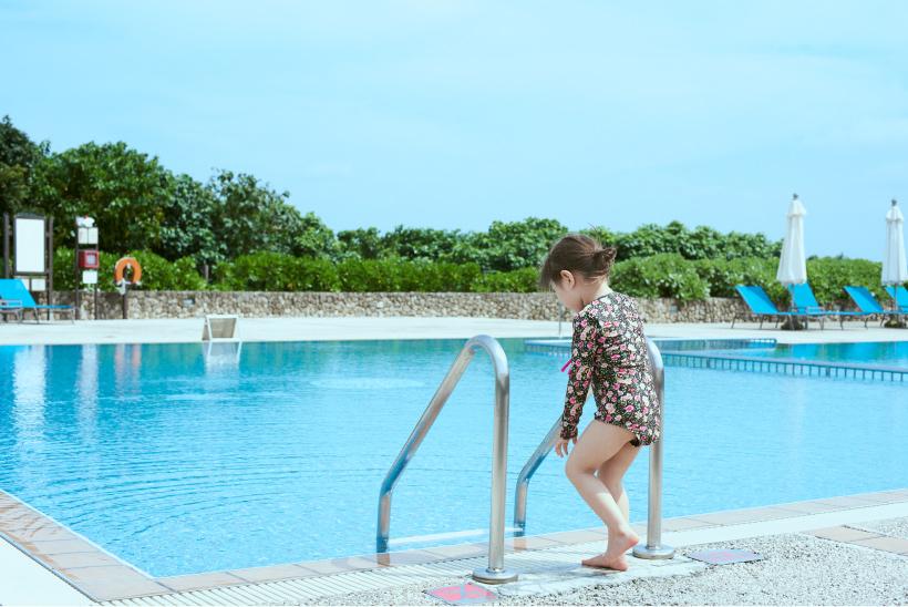 石垣島のプールに入ろうとする女の子