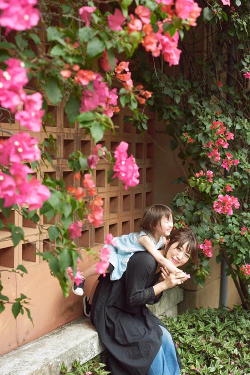 沖縄の花と坂本美雨さん親子