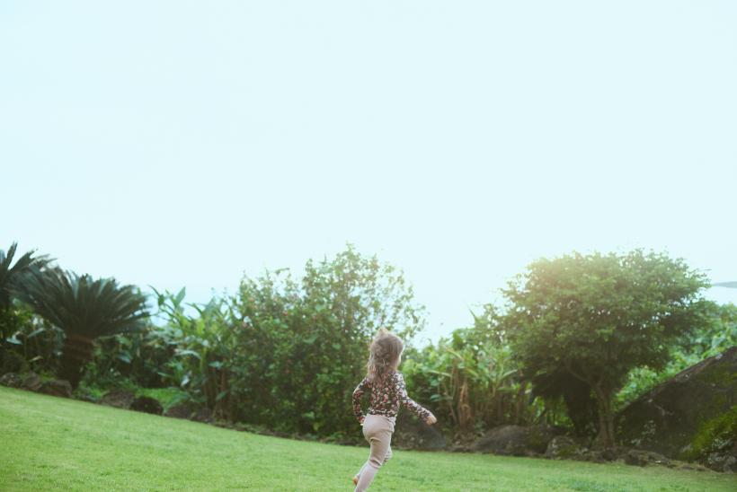 芝生を走る女の子