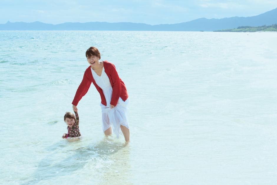 石垣島の海で遊ぶ坂本美雨さん親子