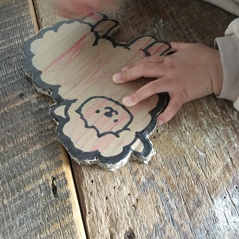 「つむぱぱの育児日記」色ぬりの工程、切り抜かれたひつじさん