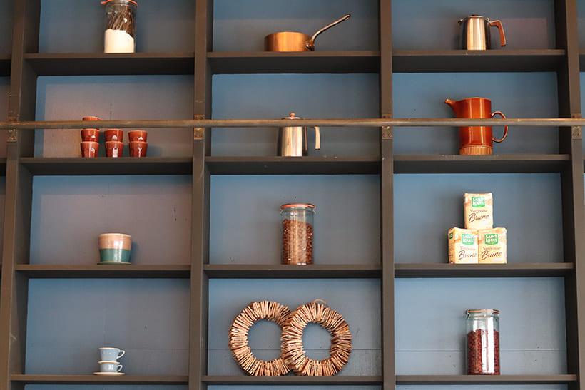 店内の飾り棚