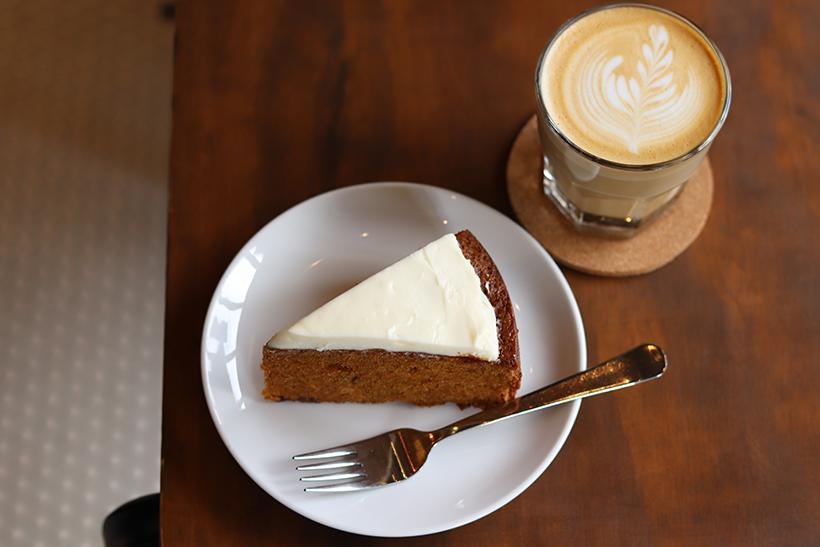 キャロットケーキとカフェラテ