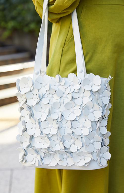 ホワイトのお花バッグ